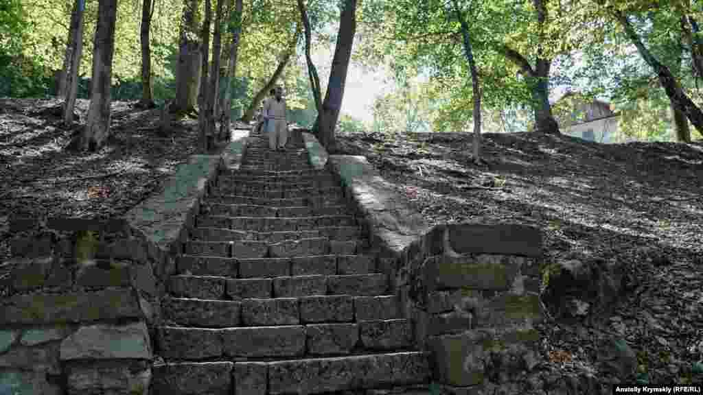 Сохранившаяся каменная лестница на монастырской территории