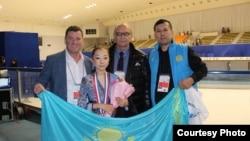 Элизабет Турсынбаева (в центре) с тренером Брайаном Орсером (слева) и со своим отцом Байтаком Турсынбаевым.