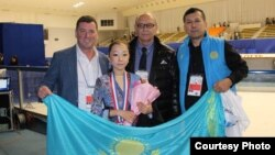Юная казахская фигуристка Элизабет Турсынбаева со своей «группой поддержки». Тренер Брайан Орсер – первый слева, ее отец Байтак Турсынбаев – первый справа.
