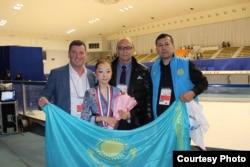 Элизабет Турсунбаева (ортада), бапкер Брайан Орсер (сол жақта бірінші) және әкесі Байтақ Тұрсынбаев (оң жақта бірінші). Сурет спортшының жеке мұрағатынан алынды.