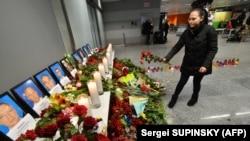 Люди принесли квіти до фото загиблих українців в авіакатастрофі в Ірані, аеропорт «Бориспіль», 8 січня 2020 року