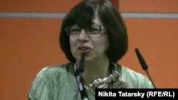 Манана Асламазян получает ТЭФИ в павильоне ВВЦ (17 ноября 2010 года)