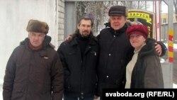 skul1222-1 Віктар Чайкоўскі (другі справа) каля Ленінскага РАУС зь сябрамі.