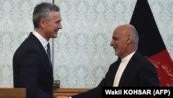 آرشیف، محمد اشرف غنی رئیس جمهوری افغانستان (راست) حین دیدار با ینس ستولتنبرگ سرمنشی ناتو در کابل.