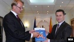 Евроамбасадорот Аиво Орав му го предаде извештајот на ЕК на премиерот Никола Груевски.