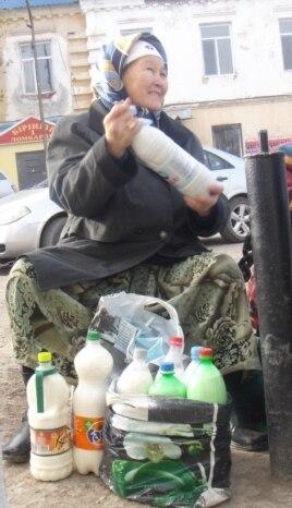 Айран сатып отырған егде әйел. Ақтөбе қаласы, 13 қазан 2013 жыл.