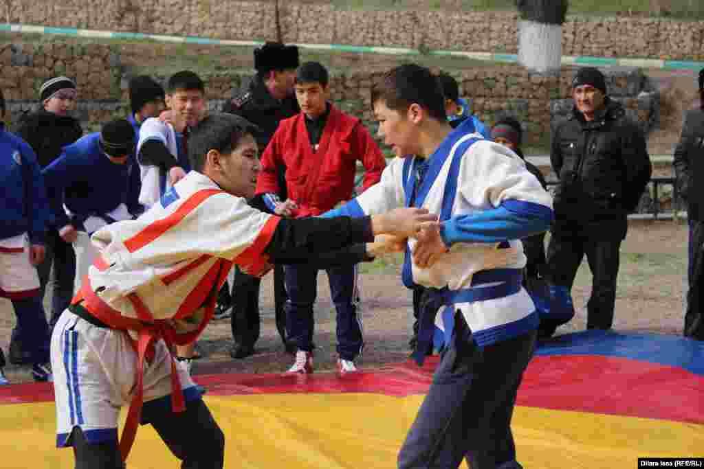 Казакша-курес - состязания по национальной борьбе.