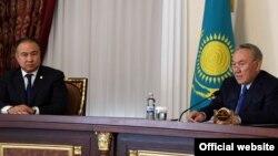 Президент Казахстана Нурсултан Назарбаев (справа) представляет нового акима Акмолинской области Малика Мурзалина, работавшего ранее первым заместителем управляющего делами президента. Кокшетау, 14 марта 2017 года.