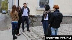 Студенти очікують суду, Сімферополь, 1 квітня 2015 року