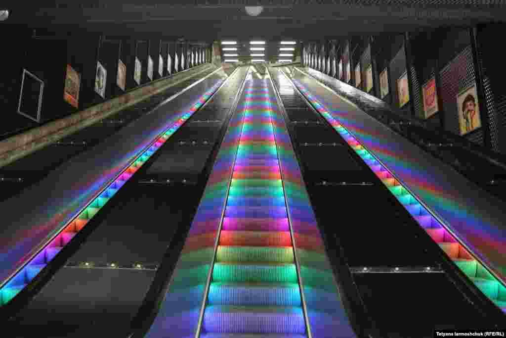 Эскалаторы с цветной подсветкой можно увидеть на многих станциях стокгольмского метро.