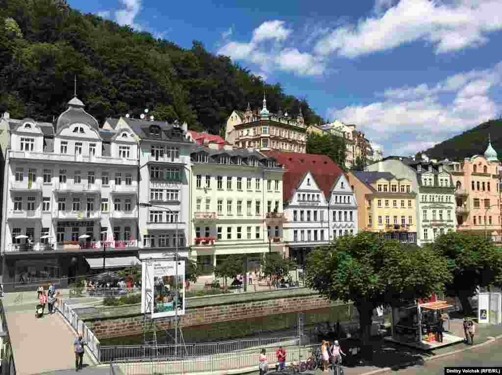 Вид на город с балкона Карловарского театра