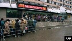 McDonald's мейрамханасы ашылған күнгі кезек. Мәскеу, 1 ақпан 1992 жыл.