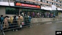 Очередь в Москве в день открытия американского ресторана McDonald's. 1 февраля 1992 года.