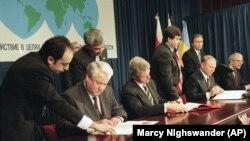 Президент Росії Борис Єльцин (ліворуч), президент США Білл Клінтон (у центрі), президент України Леонід Кучма і прем'єр-міністр Великої Британії Джон Мейджор (праворуч) на церемонії підписання Україною Договору про нерозповсюдження ядерної зброї. Будапешт, 5 грудня 1994 року