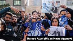 هواداران تیم فوتبال استقلال تهران روز دوشنبه مقابل ساختمان این باشگاه تجمع کردند.