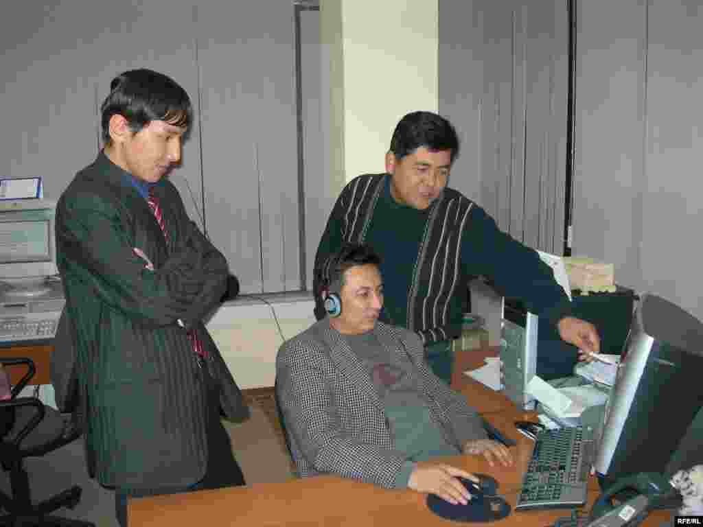 Kyrgyzstan -- correspondents over computer at RFE/RL Kyrgyz bureau; CPP (Country Page Photo) for new website for Kyrgyz Service - Kyrgyzstan -- correspondents over computer at RFE/RL Kyrgyz bureau; CPP (Country Page Photo) for new website for Kyrgyz Service