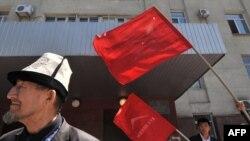 Сторонники Временного правительства выступают против действий пробакиевских сил на юге Кыргызстана. Бишкек, 14 мая 2010 года.