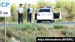 Полицейские на трассе Алматы - Оскемен. 31 мая 2012 года.