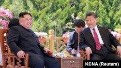 Lideri verikorean, Kim Jong Un (majtas) dhe presidenti kinez, Xi Jinping.