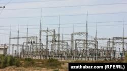 Türkmenistanda elektrik toguny öndürýän stansiýalaryň biri.