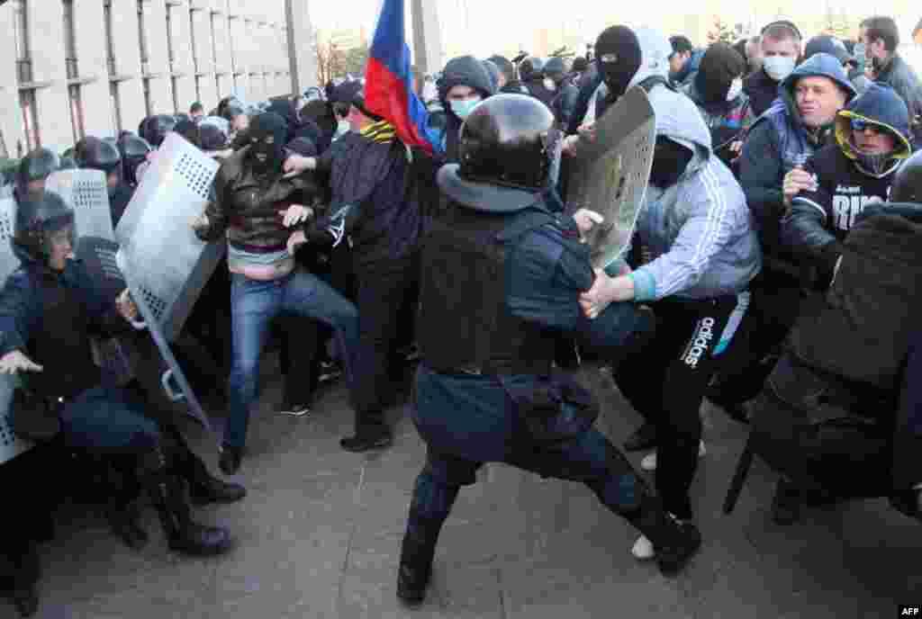 درگیری ها در دونتسک در شرق اوکراین. معترضان فریاد می زنند: دونتسک، یک شهر روسی است