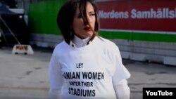 """Aktivistja Darya Safa me fanelën ku shkruan """"Lejoni femrat iraniane të hyjnë në stadiumet e tyre"""""""