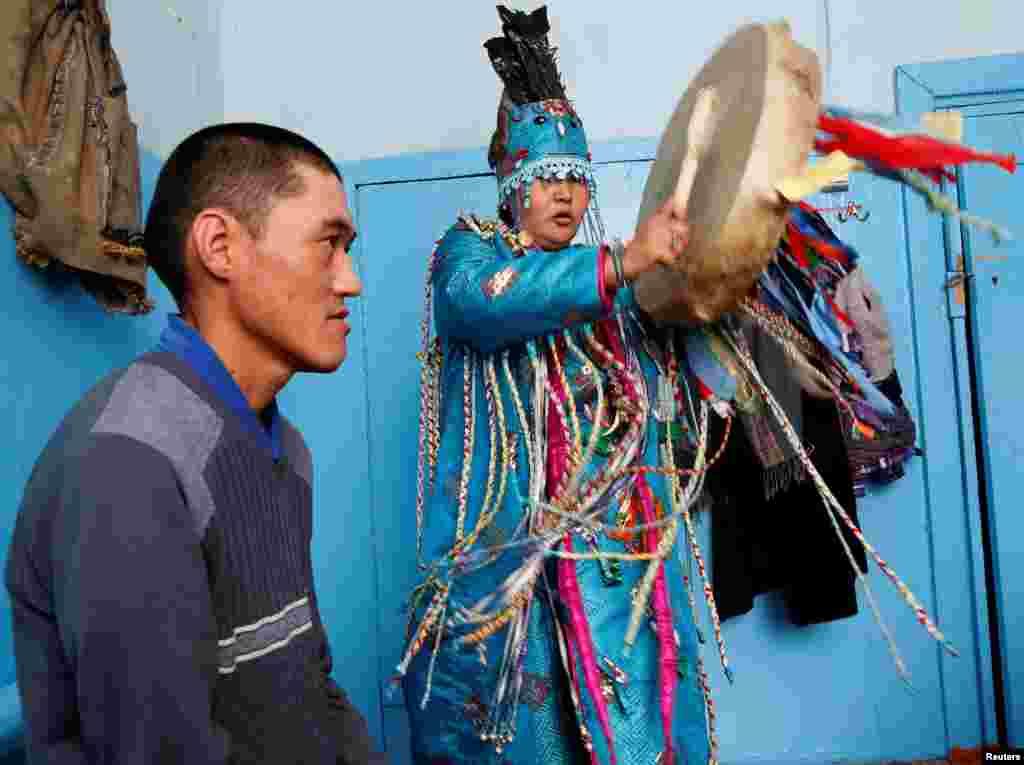 Шаманы утверждают, что являются проводниками между миром живых и миром духов. На фото: шаман Чайлага Сат проводит ритуал излечения больного от эпилепсии.
