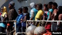 Врятовані у Середземному морі мігранти на борту корабля ВМС Італії, 29 травня 2016 року (ілюстраційне фото)
