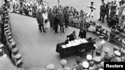 Японська делегація підписує акт капітуляції, 2 вересня 1945 року
