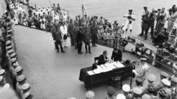"""Церемония подписания капитуляции Японии на палубе американского линкора """"Миссури"""" 2 сентября 1945 года"""