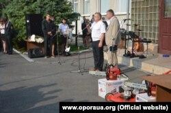 Кандидати до місцевих рад на Полтавщині дарують бензопили і газонокосарку студентам