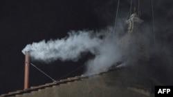 Վատիկան - Սիքստինյան մատուռի ծխնելույզից սպիտակ ծուխ է բարձրանում, 13- ը մարտի, 2013թ.