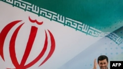 Махмуд Ахмадинежад на фоне флага Ирана
