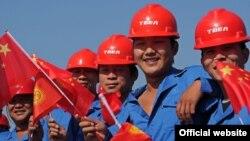 Кыргызстан -- кытайлык жумушчулар Кемин подстанциясынын пайдубалын түптөөгө арналган салтанатта. Чүй облусу, 1-август, 2012.