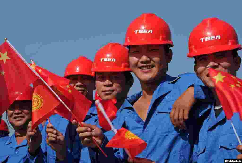 """Китайские рабочие на открытии ЛЭП """"Датка"""""""