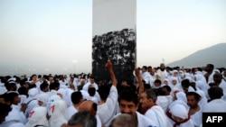 Pelegrinët myslimanë luten në Malin Arafat