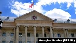 Тбилисский городской суд вынес решение по делам десяти участников акции протеста против строительства архитектурного проекта «Панорама Тбилиси». Семерым из них за использование нецензурного слова на транспарантах придется выплатить штраф в размере 100 лари