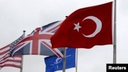Флаг Турции среди флагов других членов НАТО (штаб-квартира союза в Брюсселе).
