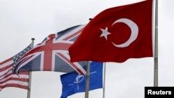 Турецький прапор поряд з іншими прапорами країн-членів НАТО під час Північноатлантичної ради в штаб-квартирі Альянсу в Брюсселі, Бельгія, 28 липня 2015 року