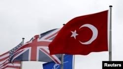 Флаг Турции среди флагов других членов НАТО (штаб-квартира союза в Брюсселе)