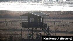 Сторожевая вышка на территории Северной Кореи близ демилитаризованной зоны на границе с Южной Кореей. 3 января 2018 года.