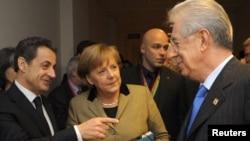 საფრანგეთის პრეზიდენტი ნიკოლა სარკოზი (მარცხნივ), გერმანიის კანცლერი ანგელა მერკელი და იტალიის პრემიერ-მინისტრი მარიო მონტი