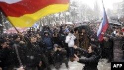 В Южной Осетии и глава республики выступает за вхождение в состав России, и партия парламентского большинства победила на выборах благодаря лозунгу о воссоединении с Северной Осетией в границах Российской Федерации