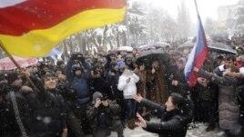 Сегодня предоставление российского гражданства в Южной Осетии практически поставлено на поток. Но при этом между государством-патроном и подопечной республикой не существует договора об урегулировании вопросов двойного гражданства