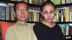 Қытайлық диссидент Лю Сяобо әйелімен бірге. 22 қазан 2002 жыл.
