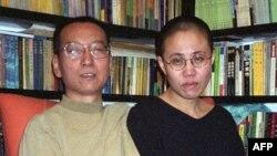 Китайский диссидент Лю Сяобо с женой. Октябрь 2002 года.