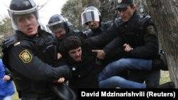 Полиция Бакудагы демонстранттарды таратууда. 26-январь, 2012-жыл.
