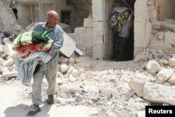 Кезекті ұрыстан кейін сыртқа шыққан Алеппо тұрғындары. (Көрнекі сурет).