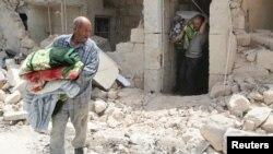 Алеппо қаласы маңында шабуылдан зардап шеккен елді мекен, Сирия. Мамыр 2015 жыл.