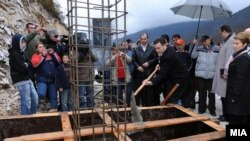 Архивска фотографија - Премиерот Никола Груевски поставува камен темелник на нов пат во Македонски Брод.